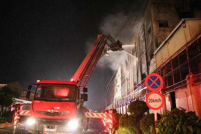 """8 giờ đương đầu với """"giặc lửa"""" trong vụ cháy kinh hoàng tại KCN Việt Hương - 7"""