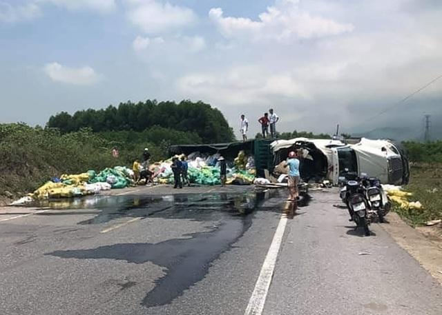 Xe container lật nghiêng chắn ngang quốc lộ khi bẻ lái tránh cú đối đầu - 1