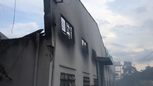 Xưởng gỗ bốc cháy ngùn ngụt sau tiếng nổ lớn - 2