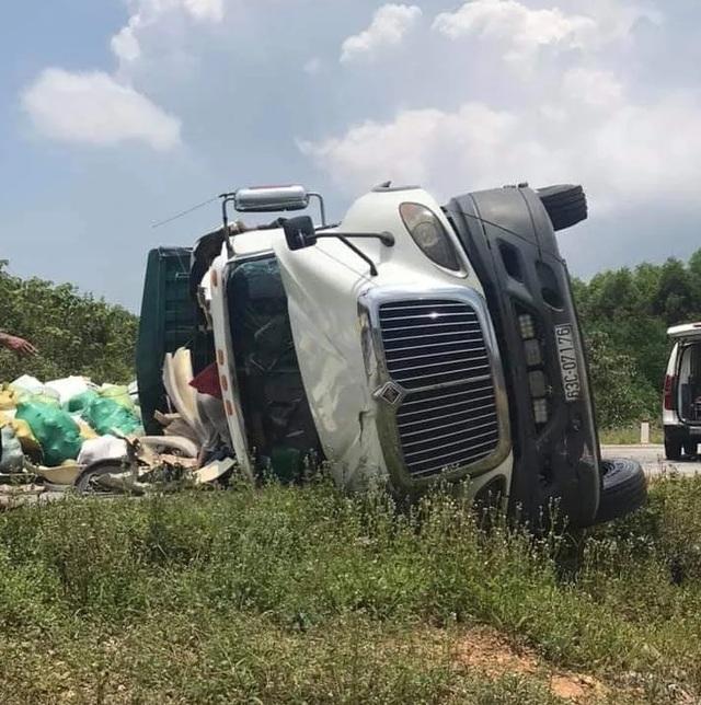Xe container lật nghiêng chắn ngang quốc lộ khi bẻ lái tránh cú đối đầu - 3