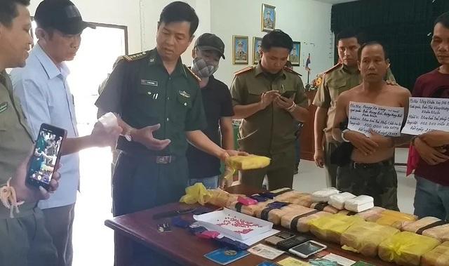 Bắt 3 đối tượng người Lào vận chuyển 100 nghìn viên ma túy - 2