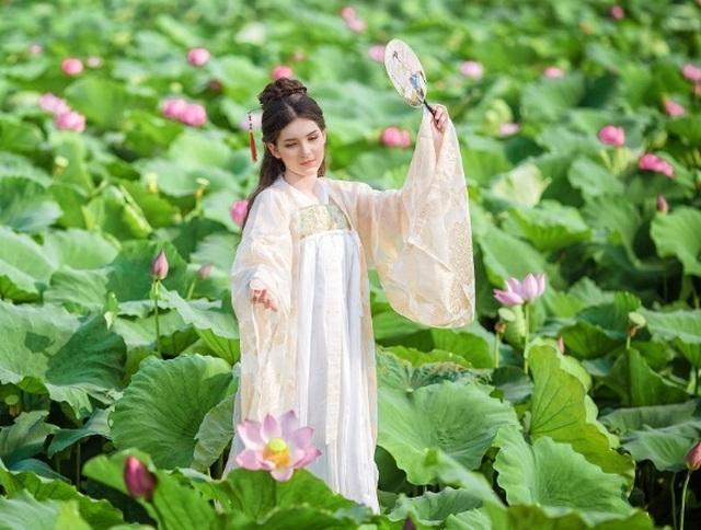 """""""Búp bê lai"""" Việt - Nga diện áo yếm, hóa tiên nữ tạo dáng bên hoa sen - 7"""