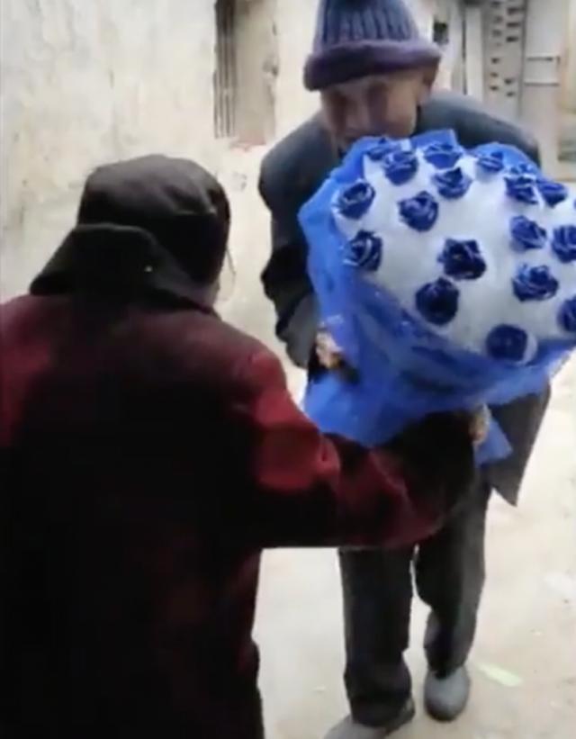 Cụ ông 97 tuổi mua hoa tặng vợ 99 tuổi nhân ngày tỏ tình của Trung Quốc - 1