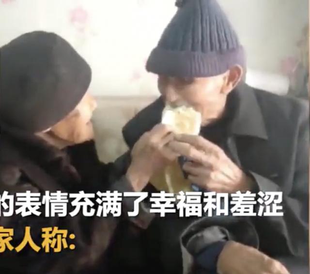 Cụ ông 97 tuổi mua hoa tặng vợ 99 tuổi nhân ngày tỏ tình của Trung Quốc - 2