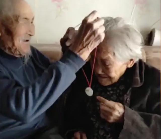Cụ ông 97 tuổi mua hoa tặng vợ 99 tuổi nhân ngày tỏ tình của Trung Quốc - 3