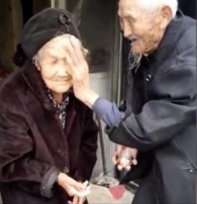 Cụ ông 97 tuổi mua hoa tặng vợ 99 tuổi nhân ngày tỏ tình của Trung Quốc - 4