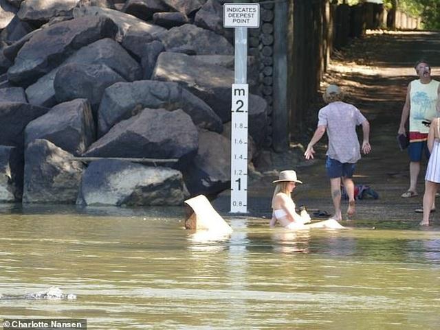 Gái xinh liều lĩnh ngồi thả dáng dưới khúc sông đầy cá sấu - 2