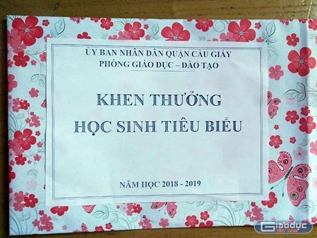 """Hà Nội: Học sinh giỏi """"sốc"""" khi lên nhận phần thưởng là... một tờ giấy! - 1"""