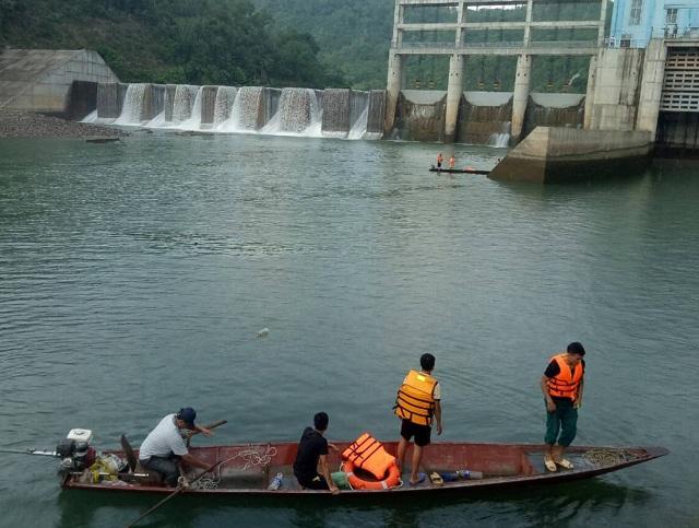Lật thuyền dưới chân đập thủy điện, 1 người mất tích - 1