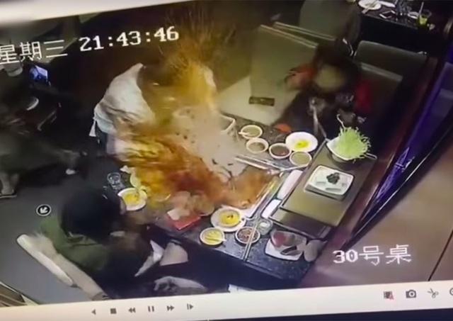 Nồi lẩu đang sôi bất ngờ phát nổ khiến nữ phục vụ bị bỏng nặng  - 2