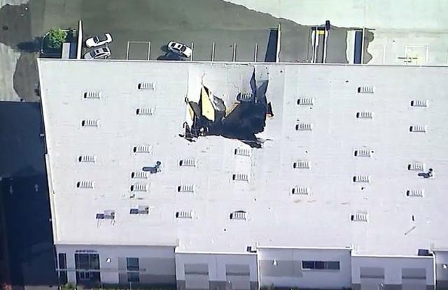 Video phi công F-16 nhảy dù trước khi máy bay lao thủng nóc nhà Mỹ - 1