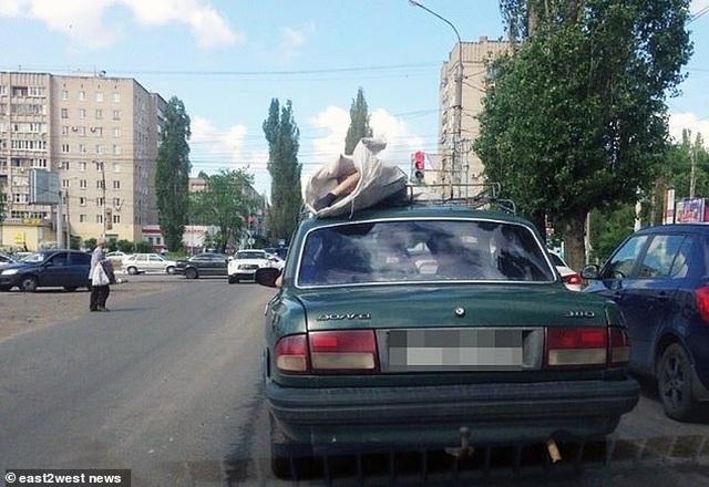 Sửng sốt cảnh người chết bị buộc trên nóc ô tô chạy suốt 60km - 1
