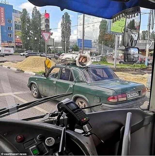 Sửng sốt cảnh người chết bị buộc trên nóc ô tô chạy suốt 60km - 2