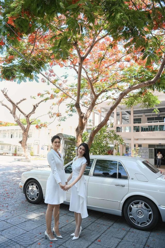 Hoa hậu Thùy Dung đọ dáng cùng Á hậu Thuỳ Dung trên sân trường rợp hoa phượng đỏ - 2