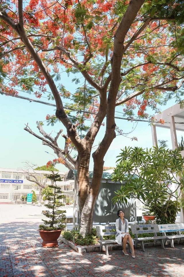 Hoa hậu Thùy Dung đọ dáng cùng Á hậu Thuỳ Dung trên sân trường rợp hoa phượng đỏ - 3