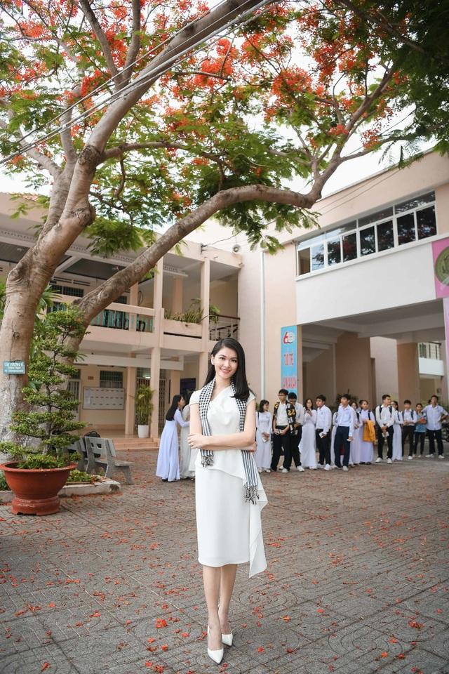 Hoa hậu Thùy Dung đọ dáng cùng Á hậu Thuỳ Dung trên sân trường rợp hoa phượng đỏ - 4
