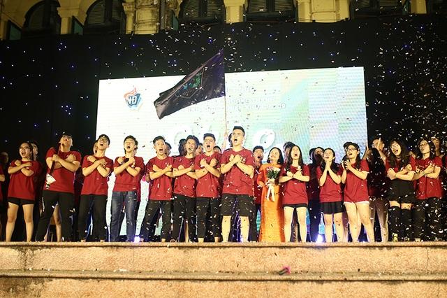 """Thầy cô THPT Việt Đức """"xì tin"""" hòa mình cùng học sinh cuối cấp đêm tri ân - 2"""