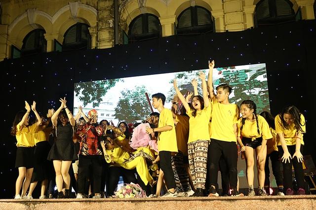 """Thầy cô THPT Việt Đức """"xì tin"""" hòa mình cùng học sinh cuối cấp đêm tri ân - 3"""