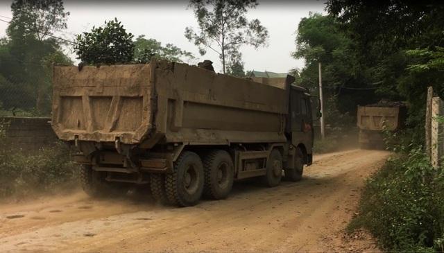 Hà Nội: Nhà dân nứt vỡ, đường xã bụi mù vì xe hổ vồ hoạt động ngày đêm - 1