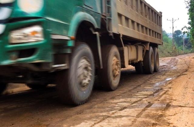 Hà Nội: Nhà dân nứt vỡ, đường xã bụi mù vì xe hổ vồ hoạt động ngày đêm - 4
