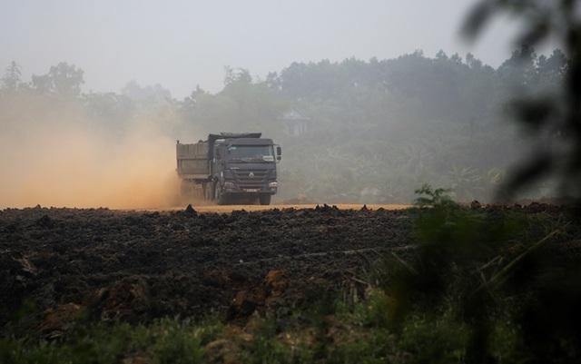 Hà Nội: Nhà dân nứt vỡ, đường xã bụi mù vì xe hổ vồ hoạt động ngày đêm - 8
