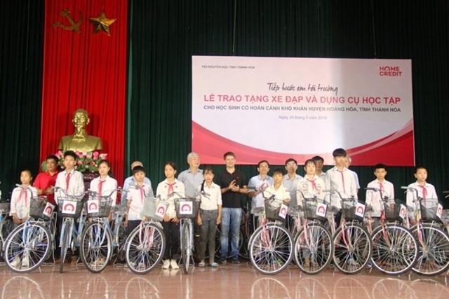 Trao tặng xe đạp, đồ dùng học tập cho học sinh có hoàn cảnh khó khăn - 1