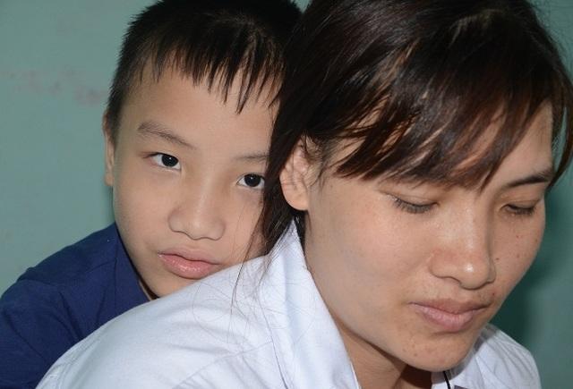 Nghẹn lòng người mẹ trẻ ôm 2 con song sinh bại não trong ngôi nhà trọ - 4