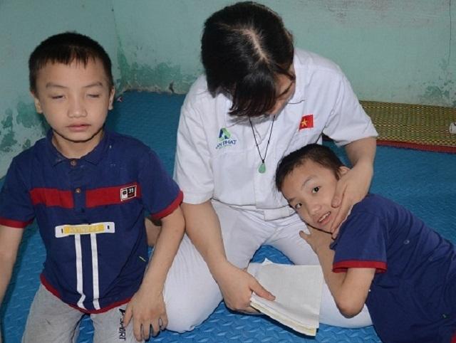 Nghẹn lòng người mẹ trẻ ôm 2 con song sinh bại não trong ngôi nhà trọ - 8