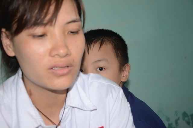 Nghẹn lòng người mẹ trẻ ôm 2 con song sinh bại não trong ngôi nhà trọ - 9