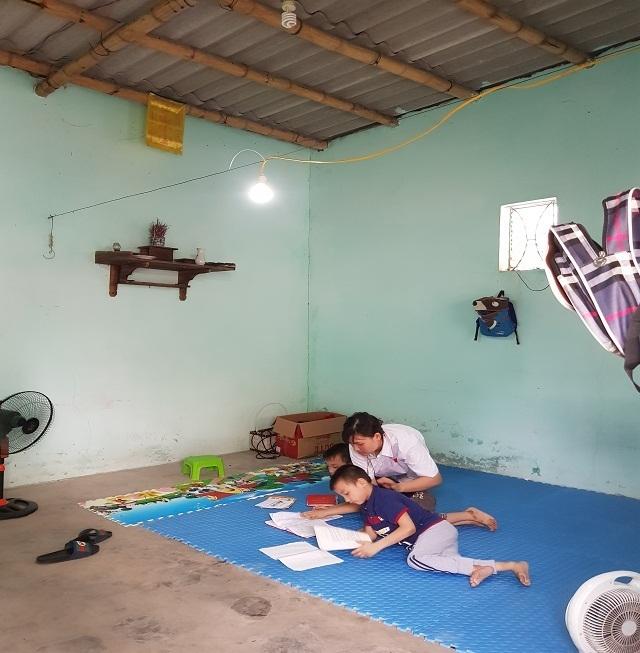 Nghẹn lòng người mẹ trẻ ôm 2 con song sinh bại não trong ngôi nhà trọ - 12