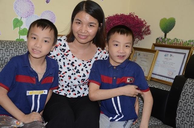 Nghẹn lòng người mẹ trẻ ôm 2 con song sinh bại não trong ngôi nhà trọ - 7