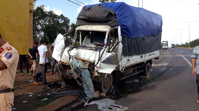 Tài xế xe tải la hét báo mất phanh, lao thẳng vào xe ben đang vướng đèn đỏ - 1