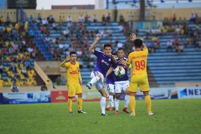 Bùi Tiến Dũng bắt chính, CLB Hà Nội thua đau Nam Định