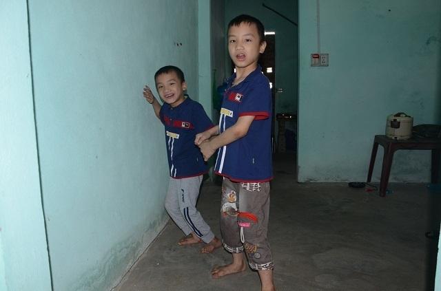 Nghẹn lòng người mẹ trẻ ôm 2 con song sinh bại não trong ngôi nhà trọ - 15