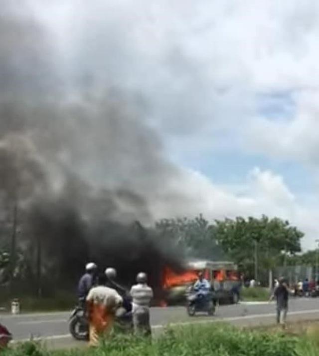 Xe khách đang chạy bất ngờ bốc cháy, bé trai 14 tuổi tử vong - 1