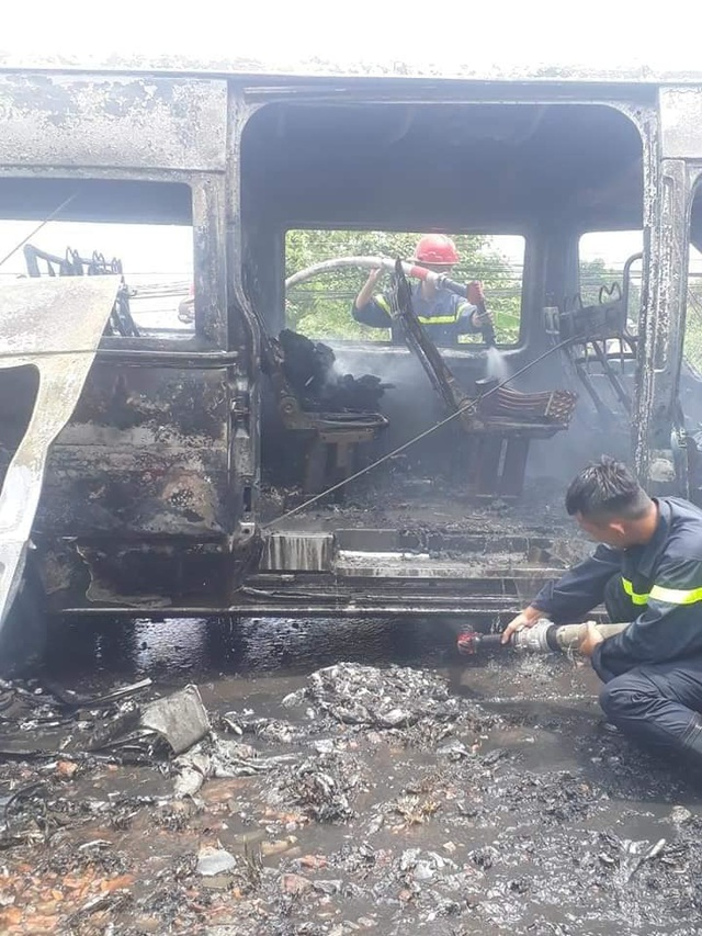 Xe khách đang chạy bất ngờ bốc cháy, bé trai 14 tuổi tử vong - 2