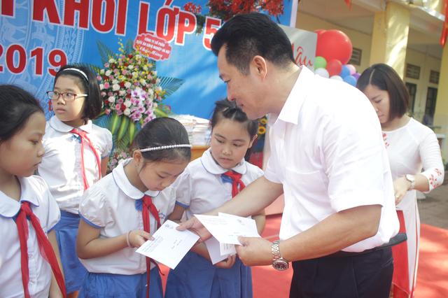 Lưu luyến phút chia tay học sinh lớp 5 trường tiểu học Nguyễn Trãi - 2