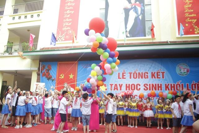 Lưu luyến phút chia tay học sinh lớp 5 trường tiểu học Nguyễn Trãi - 3