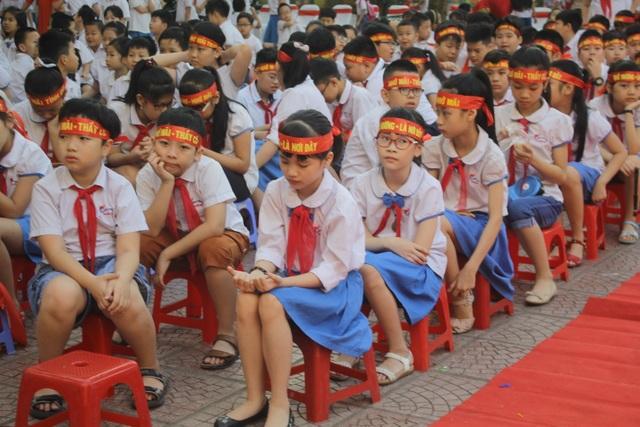 Lưu luyến phút chia tay học sinh lớp 5 trường tiểu học Nguyễn Trãi - 8