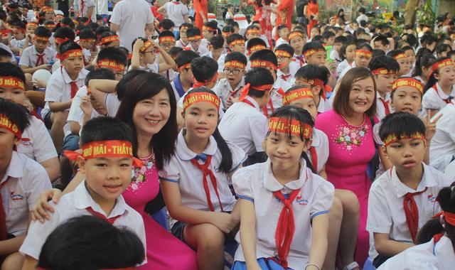 Lưu luyến phút chia tay học sinh lớp 5 trường tiểu học Nguyễn Trãi - 10