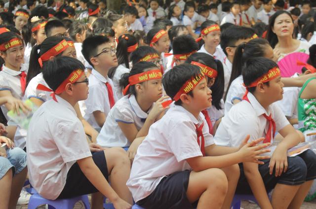 Lưu luyến phút chia tay học sinh lớp 5 trường tiểu học Nguyễn Trãi - 11