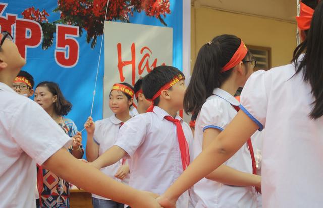 Lưu luyến phút chia tay học sinh lớp 5 trường tiểu học Nguyễn Trãi - 12
