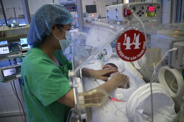 Người mẹ ung thư giai đoạn cuối sinh con đang phải thở máy, bác sĩ nỗ lực hết sức để sản phụ gặp con - 2