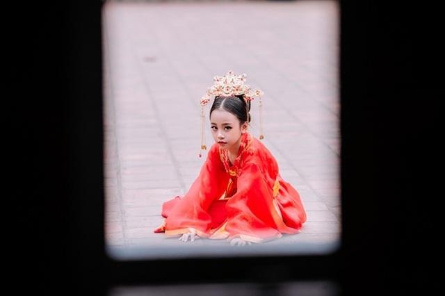 """Bé gái 8 tuổi """"gây sốt"""" trong bộ ảnh cover """"Anh ơi ở lại"""" của Chi Pu - 5"""
