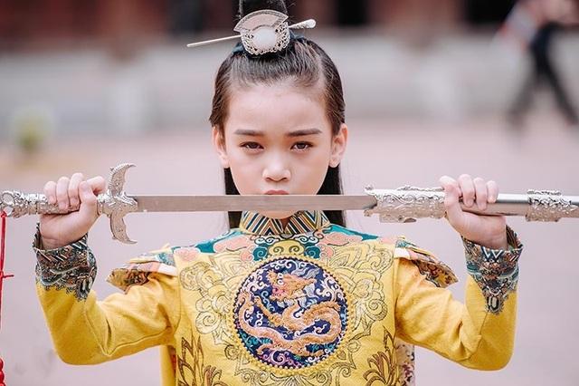 """Bé gái 8 tuổi """"gây sốt"""" trong bộ ảnh cover """"Anh ơi ở lại"""" của Chi Pu - 7"""