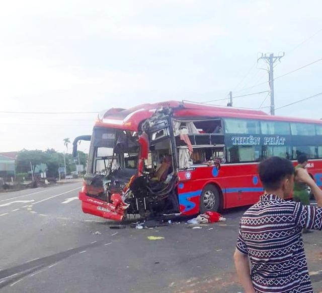 Hai xe khách tông nhau, 7 người nhập viện - 2