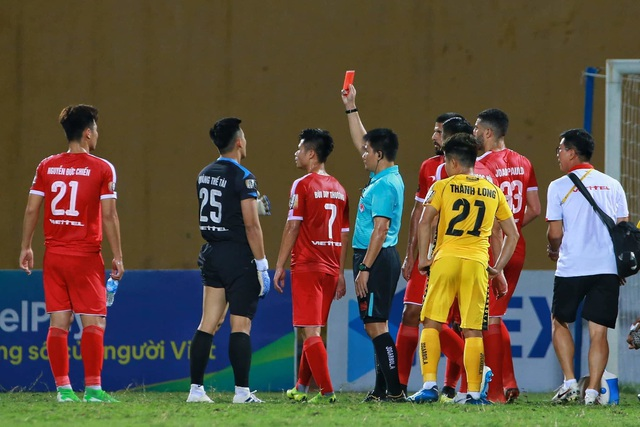 Viettel thắng dễ Hải Phòng trong trận đấu có 2 thẻ đỏ - 2