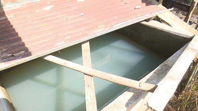 Hàng loạt giếng nước cạnh khu công nghiệp chuyển màu đen, bốc mùi hôi thối - 1