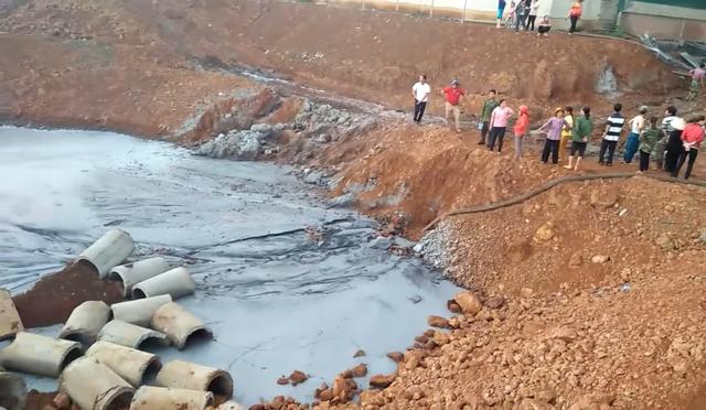 Hàng loạt giếng nước cạnh khu công nghiệp chuyển màu đen, bốc mùi hôi thối - 4