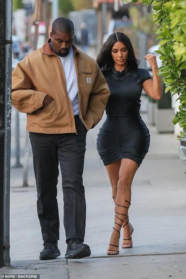 Kim Kardashian khoe thân hình đồng hồ cát - 1